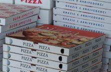 Viele Pizza Kartons aufeinander gestappelt.