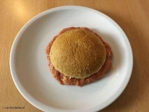Ein Burger Pattie auf einem Teller.