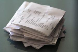 Viele Kassenbons von einem Monat.