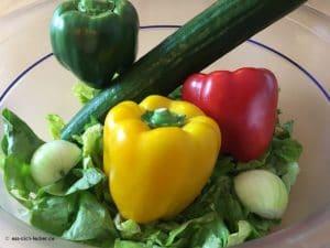 Salatherzen, Paprika, Gurke und Zwiebel