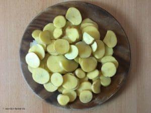 Rohe geschnittene Kartoffeln auf einem Brett.