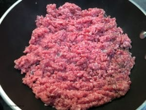 Rohes Hackfleisch wird in der heissen Pfanne angebraten.