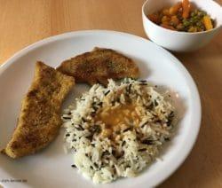 Schnitzel mit Wildreis, Sosse und Erbsen und Moehrchen