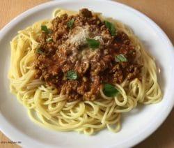 Spaghetti Bolognese mit Käse und Basilikum