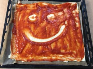Roher Pizzateig mit Smiley