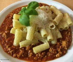 Tortiglioni Bolognese mit Parmesan