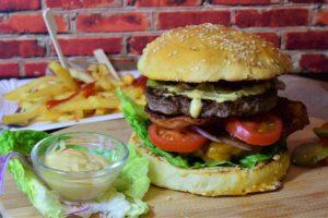 Lecker essen und abnehmen? Nicht mit fettigen Pommes und Burger.