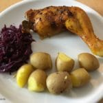 Hähnchenbrustkeule mit Pellkartoffeln und Rotkohl