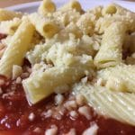 In Parmesan geschwenkte Tortiglioni in Nahaufnahme