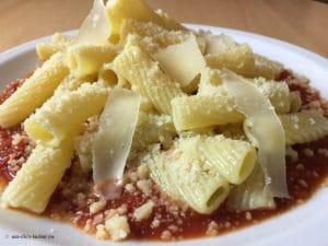 In Parmesan geschwenkte Tortiglioni mit extra Käsestreifen