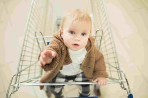 Kind beim Einkaufen