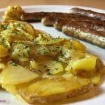 Nürnberger Würstchen mit Bratkartoffeln - Nahaufnahme