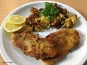 Panierte Schnitzel mit Bratkartoffeln