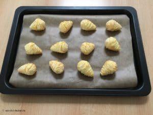 Rohe Kroketten auf einem Ofenblech