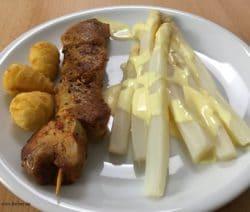 Schweinefiletspiesse, Kroketten, Spargel und Sosse Hollandaise