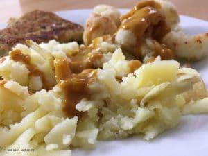 Filetspitzen mit Stampfkartoffeln, Blumenkohl und Rahmsoße - Nahaufnahme