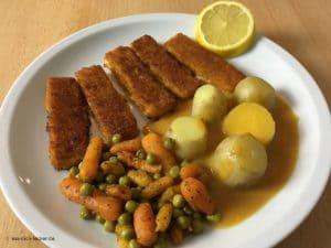 Fischstäbchen, Pellkartoffeln, Erbsen und Möhren mit Rahmsoße