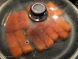 Fischstäbchen in der Pfanne mit Deckel