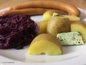 Wiener Würstchen mit Pellkartoffeln und Rotkohl