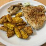 Putenschnitzel mit Kartoffelspalten und Champignons