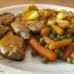 Schweinemedaillons, Pellkartoffeln, Erbsen und Möhren mit Rahmsoße