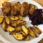 Schweinefiletspieße mit Kartoffelspalten und Rotkohl
