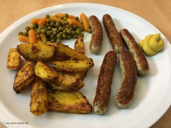 Nürnberger Würstchen, Kartoffelspalten mit Erbsen und Möhren