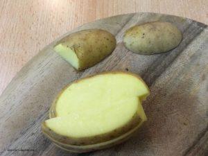 Rohe halbierte Kartoffelspalten