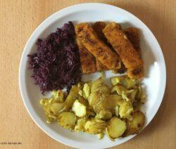Fischstäbchen mit Bratkartoffeln und Rotkohl