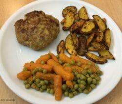 Fleischpflanzerl mit Kartoffelspalten, Erbsen und Möhren