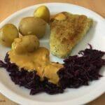 Filetspitzen mit Pellkartoffeln, Rotkohl und Rahmsoße