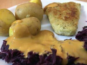 Filetspitzen mit Pellkartoffeln, Rotkohl und Rahmsoße in Nahaufnahme