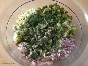 Zutaten im Kartoffelsalat mit Schnittlauch und Petersilie